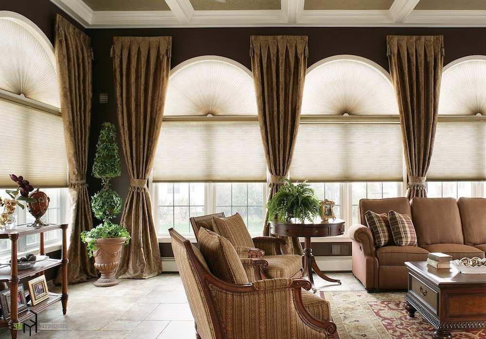 Римские шторы для высоких окон в гостиной