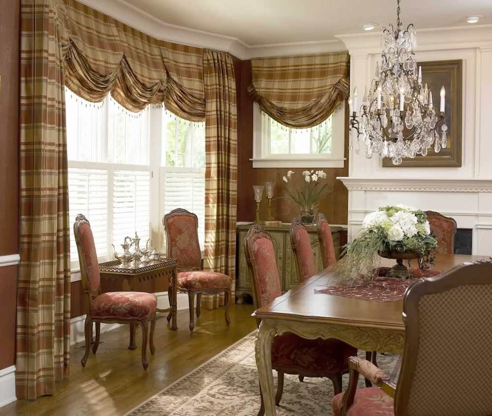 Романские шторы в интерьере английского стиля