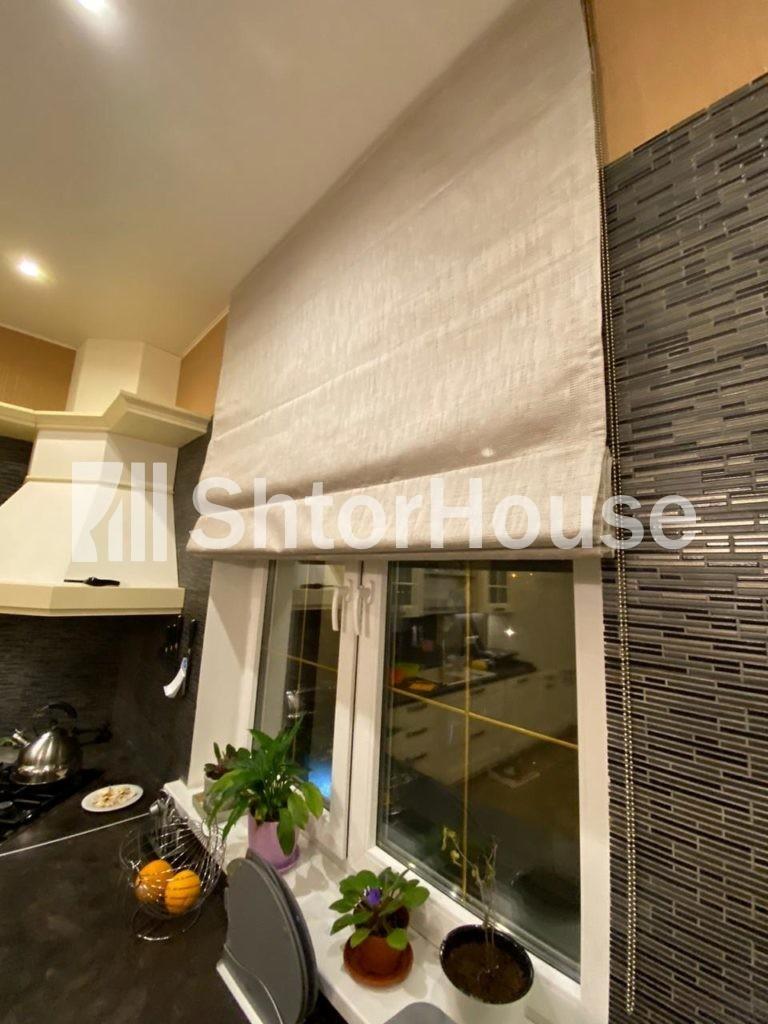 Римская штора на кухне пошив