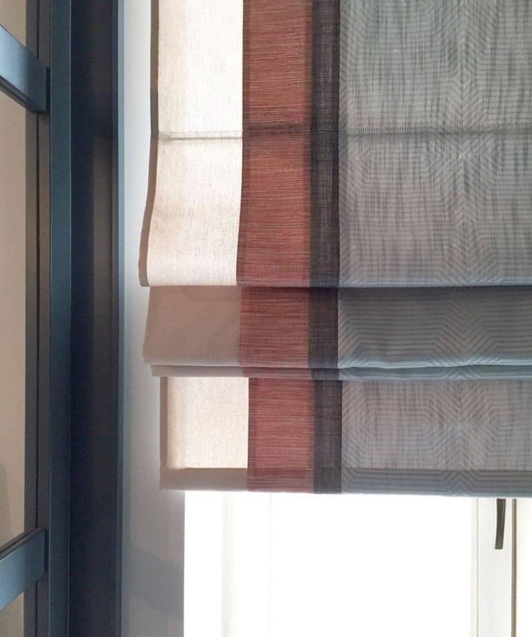 фото римской шторы со вставками на пластиковом окне