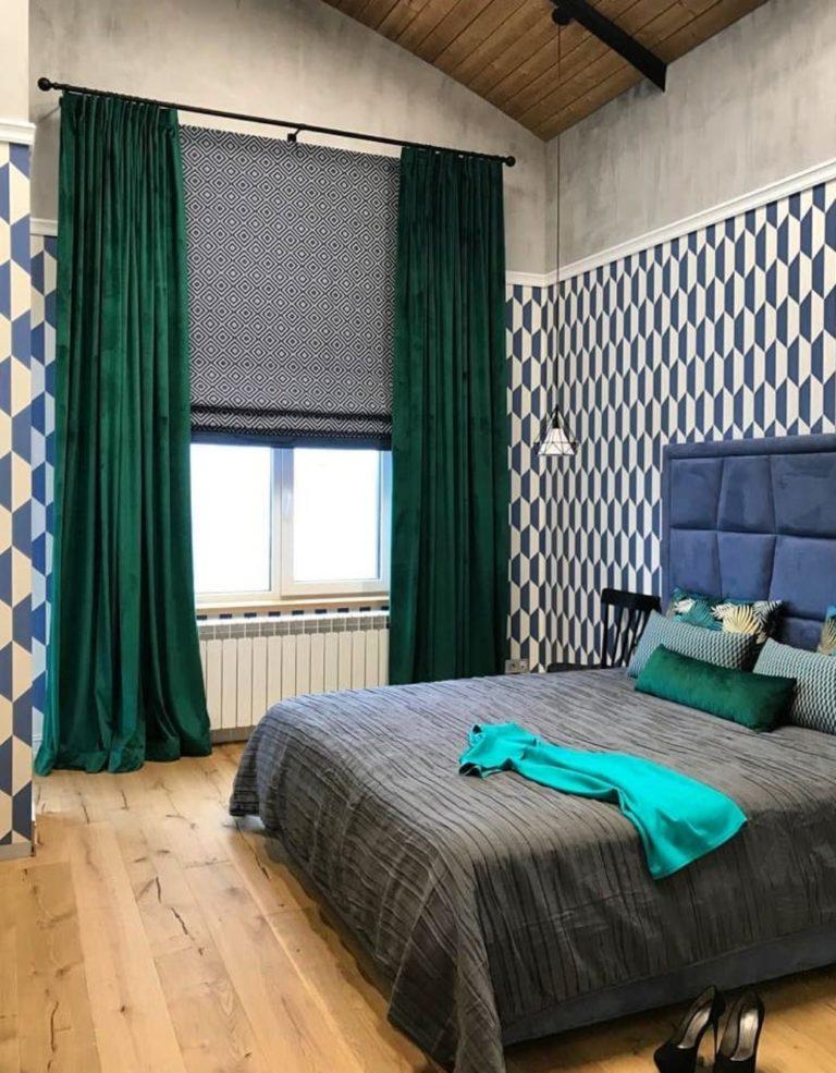 красивые современные римские шторы в интерьере спальни