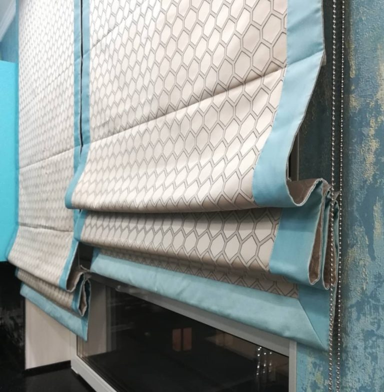 римская штора с голубой каймой на кухне