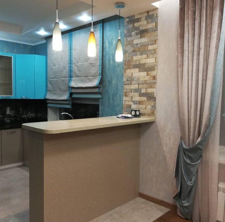 римская штора с голубой каймой на кухне пошив в москве