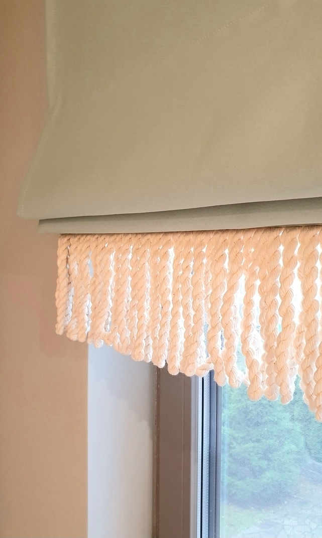 римская штора на пластиковом окне в кухне-гостиной
